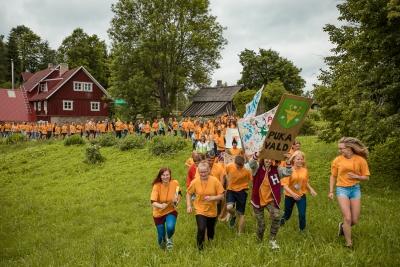 Suvekool algas traditsioonilise rongkäiguga, mida vedas eelmise aasta võitja - Puka noortekeskus. Foto: Timo Arbeiter